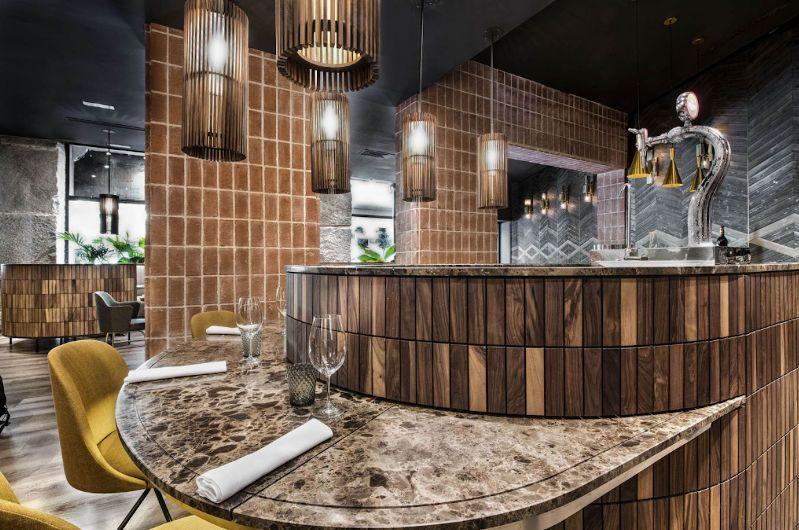 Restaurante en piedra marrón