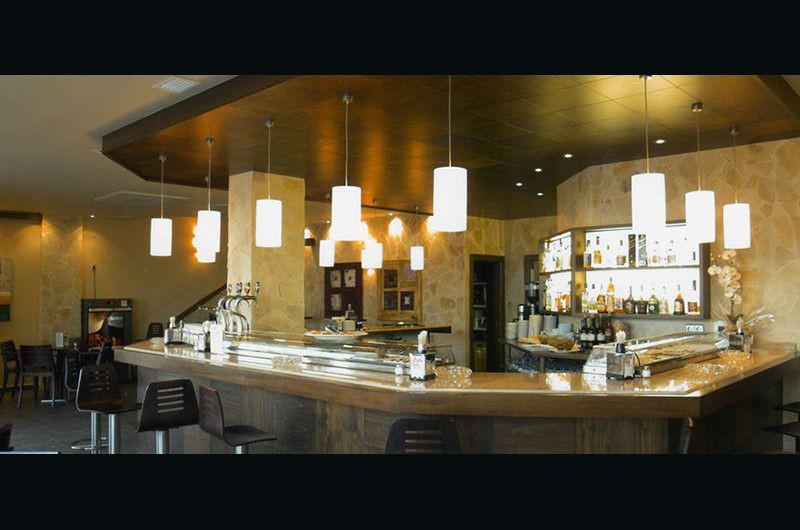 Restaurante barra piedra marrón